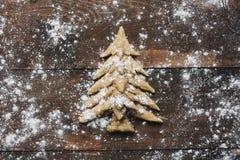 Weihnachtsbaum, der rustikalen Hintergrund backt Stockfotos