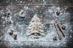 Weihnachtsbaum, der rustikalen Hintergrund backt Lizenzfreie Stockfotografie