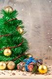 Weihnachtsbaum des Lamettas mit einer Geschenkbox Lizenzfreie Stockfotografie