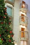 Weihnachtsbaum durch Chrome-Balkone Lizenzfreies Stockbild