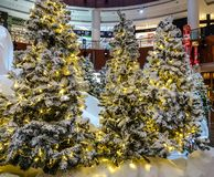Weihnachtsbaum in einem Einkaufszentrum lizenzfreie stockfotos