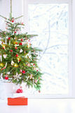 Weihnachtsbaum an einem Fenster Lizenzfreie Stockfotos