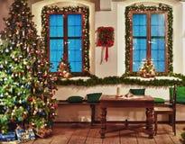 Weihnachtsbaum in einem rustikalen Raum Lizenzfreies Stockfoto