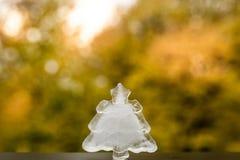 Weihnachtsbaum-Eisdekor auf Herbsthintergrund Winter kommt Stockfotografie
