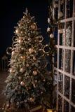 Weihnachtsbaum-Ferienhausinnenlichtgirlanden und Inneneinrichtung stockfoto