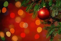 Weihnachtsbaum-Flitter auf leuchtendem Hintergrund Stockfotos