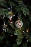 Weihnachtsbaum-Flitter mit Fractal-Zusammenfassungs-Hintergrund-Illustration Stockbild