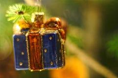 Weihnachtsbaum-Flittergeschenkdekoration Flitter, der an Weihnachtsbaum hängt Stockbild