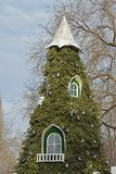 Weihnachtsbaum in Form eines Märchenhauses Die Fenster auf dem Weihnachtsbaum stockfoto