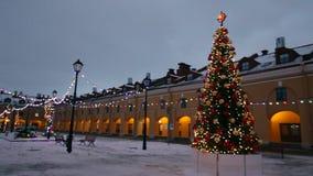 Weihnachtsbaum funkelt mit garlandslights stock video