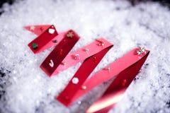 Weihnachtsbaum gemacht vom Band auf künstlichem Schnee stockfotos