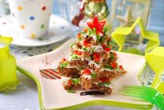 Weihnachtsbaum gemacht vom Brot mit Käse und Schnittlauch Lizenzfreies Stockbild