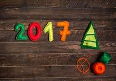 Weihnachtsbaum 2017 gemacht vom Filz Kindischer Hintergrund des neuen Jahres mit Weihnachtsspielzeug vom Filz auf dunklem rustika Lizenzfreie Stockfotografie