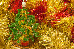 Weihnachtsbaum gemacht vom gelben Lametta der Perlen Stockfotografie