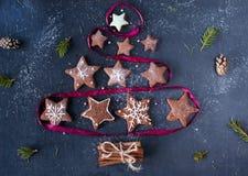 Weihnachtsbaum gemacht vom Lebkuchen, verdrehtes Band Stockfotografie