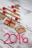 Weihnachtsbaum gemacht vom Pappgeschenk auf hölzernem Hintergrund Lizenzfreie Stockfotografie