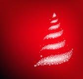 Weihnachtsbaum gemacht von den abstrakten Schneeflocken auf rotem Hintergrund Stockbild