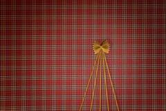 Weihnachtsbaum gemacht von den Teigwaren auf rotem quadratischem Hintergrund Flache Lage Beschneidungspfad eingeschlossen Kopiere Stockbild