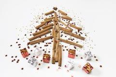 Weihnachtsbaum gemacht von den Zimtstangen, Kegel, Orangen, glänzendes St. stockfoto