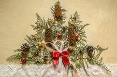 Weihnachtsbaum, gemacht von den Zweigen von thuya mit Tannenzapfen und Schokolade Lizenzfreies Stockfoto