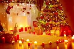 Weihnachtsbaum, Geschenk-Geschenke und Kamin, Ferienhaus-Raum Lizenzfreies Stockfoto