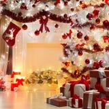 Weihnachtsbaum-Geschenke und Kamin, verziert durch Weihnachtssocke stockfotos