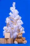 Weihnachtsbaum, Geschenkkasten und teddi tragen Stockfoto