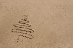Weihnachtsbaum gezeichnet in Sand am Strand lizenzfreie stockfotografie