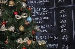 Weihnachtsbaum im Café Stockfoto