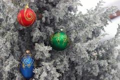 Weihnachtsbaum im Frost mit Dekoration Lizenzfreie Stockfotos