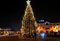Weihnachtsbaum im italienischen Quadrat lizenzfreie stockbilder