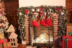 Weihnachtsbaum im Raum, Weihnachtsausgangsnachtinnenraum Lizenzfreie Stockbilder