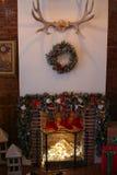 Weihnachtsbaum im Raum, Weihnachtsausgangsnachtinnenraum Stockbild