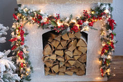Weihnachtsbaum im Raum, Weihnachtsausgangsnachtinnenraum Stockfotos