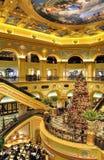 Weihnachtsbaum im venetianischen Hotel von Macau Stockbilder