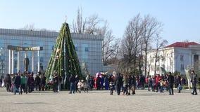Weihnachtsbaum im zentralen Platz von Lankaran azerbaijan stock footage