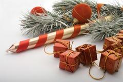 Weihnachtsbaum, Kerze und Geschenke Lizenzfreie Stockfotos
