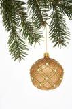 Weihnachtsbaum-Kugel auf Fichte - Weihnachtskugel MIT Tannenzweig Lizenzfreies Stockfoto