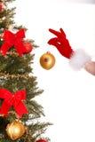 Weihnachtsbaum, Kugel und Hand des Weihnachtsmädchens. Lizenzfreies Stockbild
