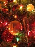 Weihnachtsbaum-Kugeln und Eiszapfen Stockfotos