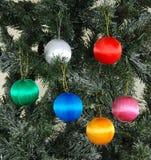 Weihnachtsbaum-Kugelverzierungen Stockfotografie