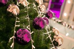Weihnachtsbaum mit Bällen stockbilder