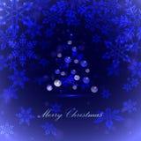 Weihnachtsbaum mit Bällen und Schneeflocke, blauer Hintergrund, Lizenzfreies Stockbild