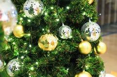 Weihnachtsbaum mit Ballgolddekoration Lizenzfreie Stockbilder