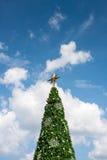 Weihnachtsbaum mit blauem Himmel Lizenzfreies Stockbild