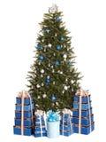 Weihnachtsbaum mit blauer Kugel, Geschenkkastengruppe. Lizenzfreie Stockbilder