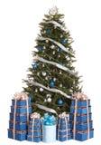 Weihnachtsbaum mit blauer Kugel, Geschenkkastengruppe. Lizenzfreies Stockfoto