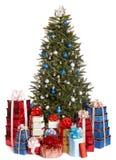 Weihnachtsbaum mit blauer Kugel, Gruppengeschenkkasten. Lizenzfreie Stockfotos