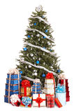 Weihnachtsbaum mit blauer Kugel, Gruppengeschenkkasten. Stockfoto