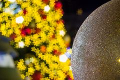 Weihnachtsbaum mit bunten Bällen als Weihnachtsverzierungen während des Weihnachten und des neues Jahr-Festivals Lizenzfreies Stockbild